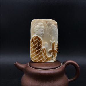 王金亮大师雕刻猛犸象牙黄金皮巧雕一心向佛牌子挂件
