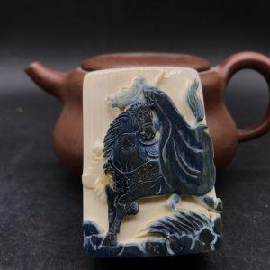 猛犸象牙蓝皮巧雕骑马关公牌子
